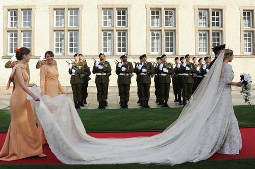 Cô dâu diện avsy Elise Saab lộng lẫy với đuôi dài thướt tha.