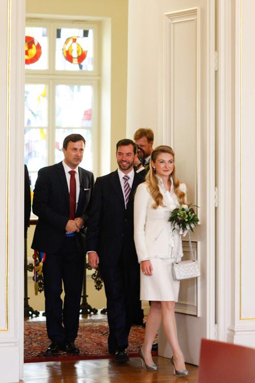 Chiều 19/10, Thái tử Guillaume và nữ Bá tước Stephanie de Lannoy tới tòa Thị chính để làm lễ thành hôn.