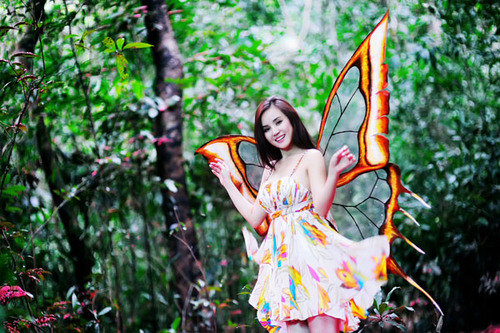 Đặc biệt, trong MV này, Vy Oanh hóa thân thành một nàng tiên bướm với đôi cánh muốn bay lên bầu trời tự do.