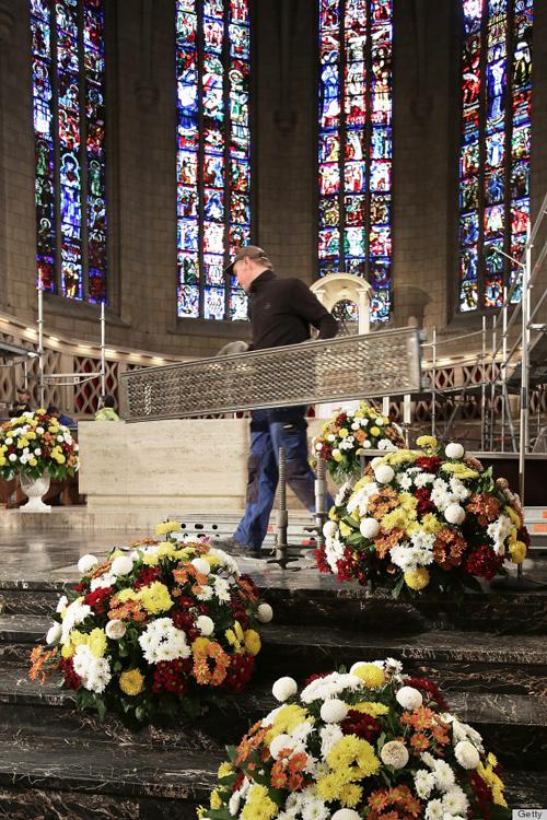 Ngày hôm sau, 20/10, nghi lễ cưới theo tôn giáo được tổ chức tại nhà thờ. Toàn bộ không gian nhà thờ được trang hoàng bằng hoa tươi.