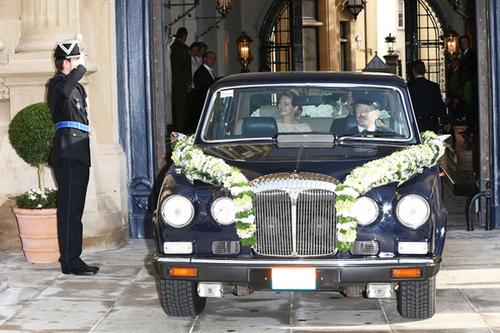 Từ sáng sớm, nữ bá tước Stephanie đã bước lên xe hoa đi tới Nhà thờ Đức Bà để làm lễ.