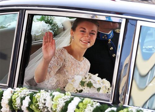 Cô dâu rạng rỡ vẫy chào người dân xung quanh.