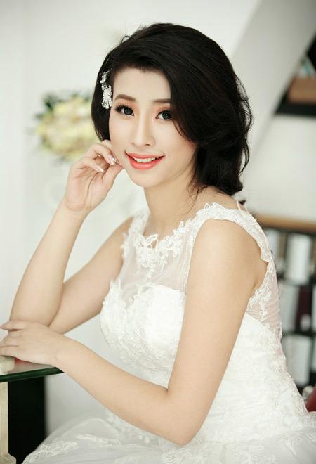 Với màu môi và mắt đậm, cô dâu hạn chế sử dụng các phụ kiện để không làm rối mắt người đối diện.