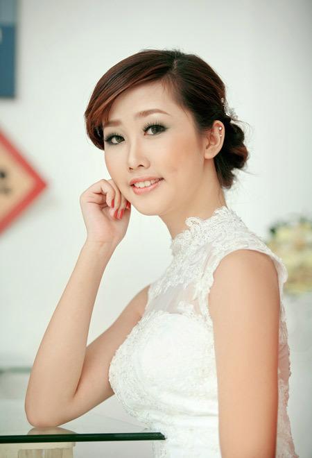Màu đồng làm gương mặt cô dâu đẹp tự nhiên.