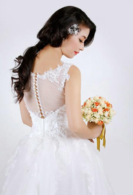 Trang điểm môi màu cam nổi bật, cùng tông hoa cưới.