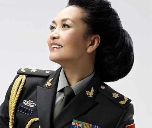 Ngoài các sứ mệnh trong công tác dân sự, bà còn có hàm thiếu tướng quân đội giải phóng nhân dân Trung Quốc.