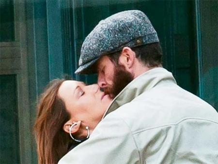 Simone Lambe bị bắt gặp ôm hôn bạn trai mới vài tuần trước.