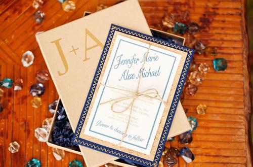 Sắc màu chủ đạo của đám cưới là xanh và vàng ánh đồng, vừa có nét sang trọng, vừa mang đến sự trẻ trung.