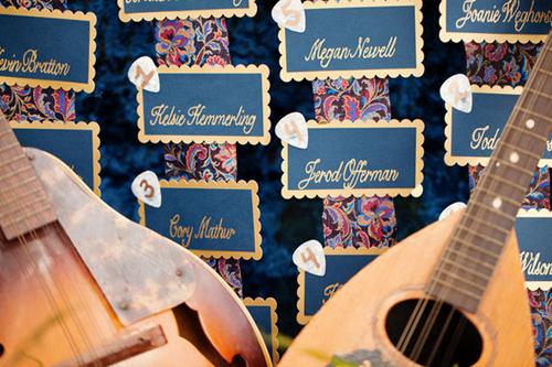 Bảng tên khách mời được thiết kế tinh tế với hai màu xanh và vàng.