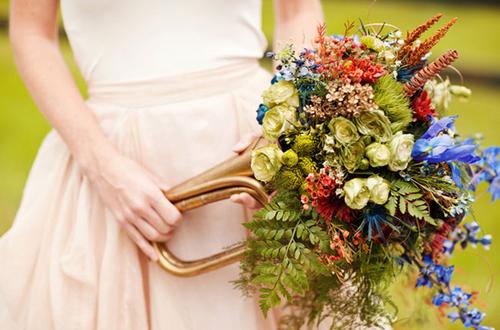 Đặc biệt, hoa của cô dâu được cắm trong chiếc kèn đồng ấn tượng.