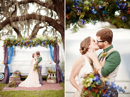 Đôi uyên ương thiết kế một chiếc cổng hoa đơn giản mang sắc xanh và tím sẫm để làm đẹp cho không gian làm lễ.