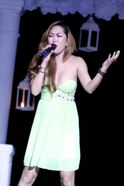 Tối qua, cô hát ca khúc 'Đêm ngọc lan'.