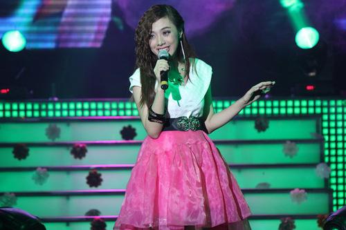 Lan Trinh hát 'Không gian ba chiều' và 'Marry me' với hai phong cách, khi tâm trạng, lúc sôi động.