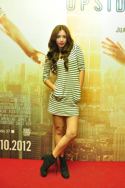 Á khôi Hà Mjn của Miss Ngôi Sao 2012 trẻ trung với đầm kẻ ngang.