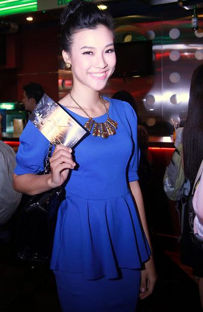Người đẹp Hoàng Anh kín đáo với bộ trang phục pelfum xanh coban.
