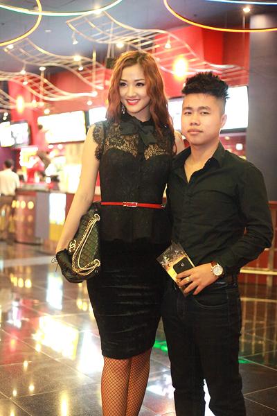 Tại Hà Nội, ca sĩ Maya kín đáo với áo ren mix chân váy nhung. Cô đi cùng một người bạn đến xem phim.