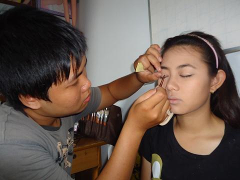 Mắt người mẫu hai mí nhưng mí mắt ở hai bên không đều, vì vậy, sử dụng miếng dán kích mí để hai mí to rõ, tròn đều.