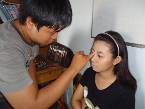 Tạo sống mũi thật tự nhiên. Và cuối cùng là phủ phấn nền dạng bột có tác dụng hút nhờn trên khuôn mặt, giúp da đẹp hơn.