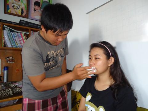 Bước đầu tiên là làm sạch da với nước tẩy trang.