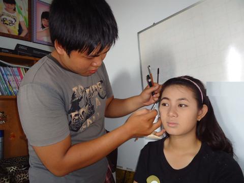 Sau các bước trang điểm nền, bắt đầu tới trang điểm mắt. Do lông mày của người mẫu đã đậm màu nên không cần vẽ thêm mà chỉ chải mascara để định hình dáng lông mày và tạo sự tự nhiên.