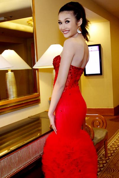Thanh Vân rạng rỡ khoe lưng trần trong bộ váy dạ hội