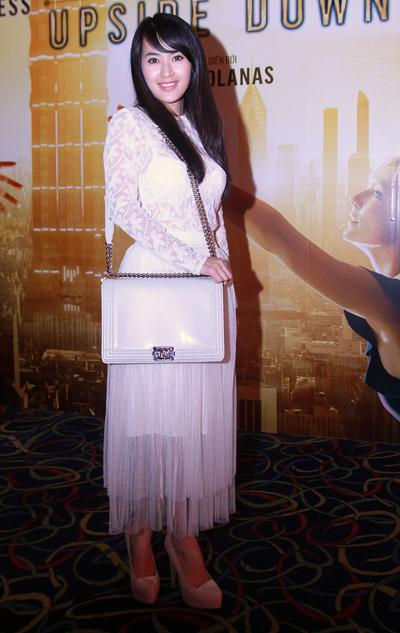 Ca sĩ Tú Vi già đi trông thấy khi mix áo ren trắng với chân váy