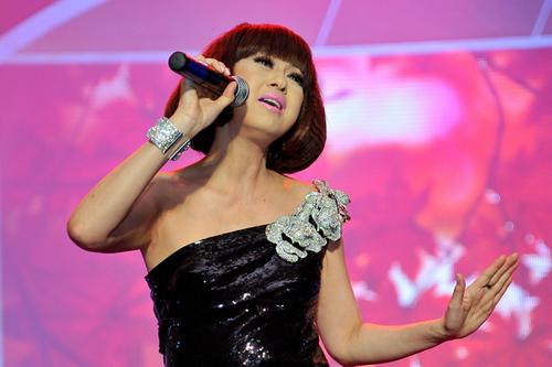 Ý Lan cuốn hút khán giả với giọng ca cảm xúc và điêu luyện qua các tình khúc: 'Áo anh sứt chỉ đường tà', 'Mùa thu yêu đương' và 'Tuổi 13'.