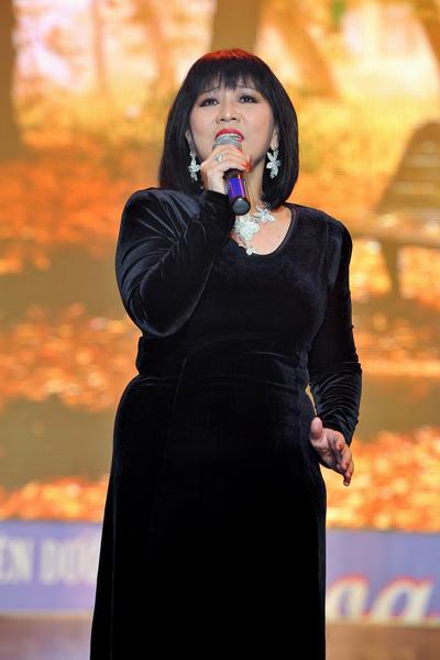 Ca sĩ Cẩm Vân gạt chuyện buồn trong kinh doanh sang một bên, hát hết mình 'Thu hát cho người' tặng khán giả.