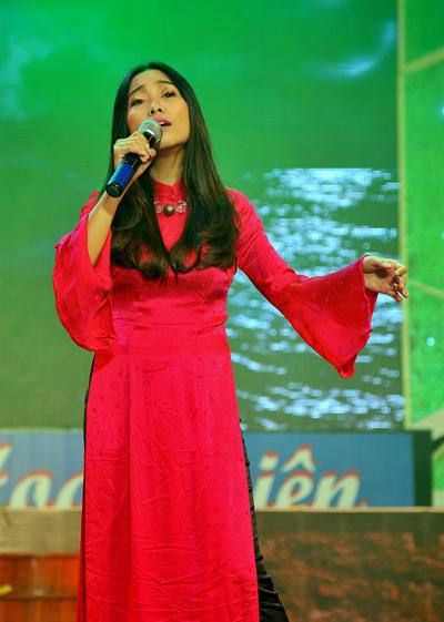 Đoan Trang chọn áo dài cách điệu khi hát trong đêm nhạc xưa.