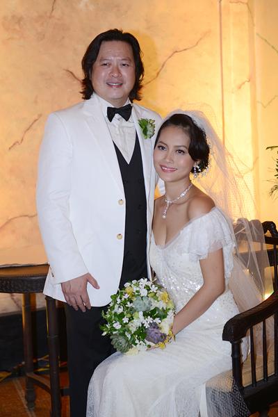Trong bộ váy cưới trễ nải, tân nương khoe vòng 1 gợi cảm bên chú rể người Việt kiều Calvin Tài Lâm.