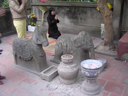 Một trong những điều cấm kỵ của ngôi đền là không được ngồi lên lưng đôi voi và ngựa trước cổng đền cũng rất linh thiêng