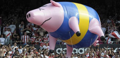 Bóng bay hình lợn mang màu áo của Boca Juniors được các CĐV
