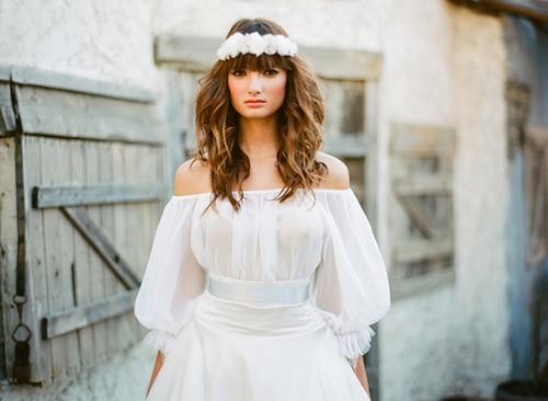 Phong cách trang điểm và làm tóc nên tự nhiên, lãng mạn để phù hợp với kiểu váy.