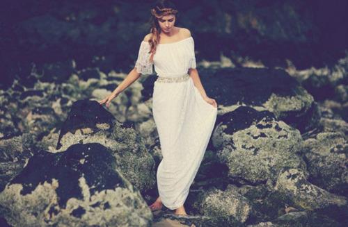 Váy trễ vai may hoàn toàn từ ren, ôm sát cơ thể.