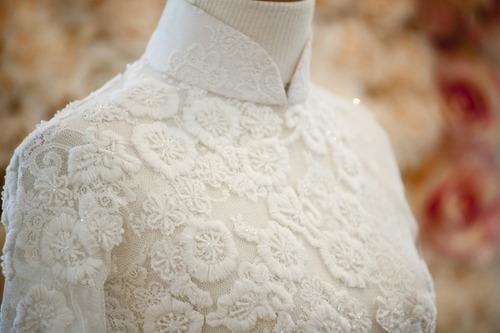 Cận cảnh các chi tiết thêu tinh tế trên chiếc áo dài.