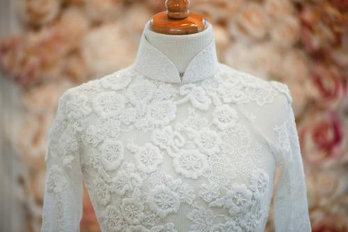 Màu trắng của áo rất sang trọng và lịch thiệp.