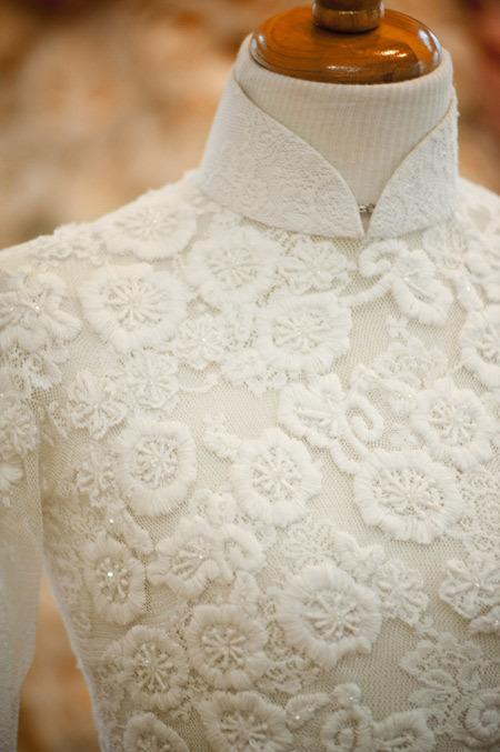 Áo dài hoài cổ ở phom dáng, cách trang trí nhưng hiện đại trong chất liệu.