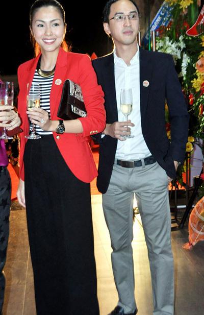 21/10/2012, Tăng Thanh Hà và Louis Nguyễn có mặt tại buổi khai trương cửa hàng thức ăn nhanh của gia đình Louis.