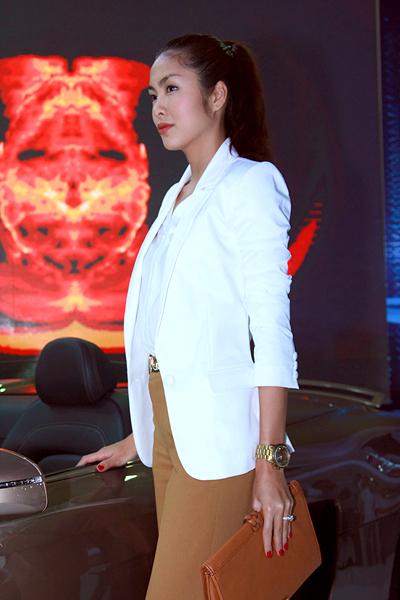 Tăng Thanh Hà xuất hiện trong một sự kiện gần đây tại Hà Nội. Trên tay