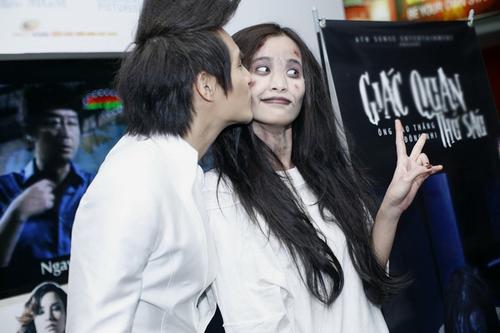 Ông Cao Thắng không ngại đặt lên má 'con ma' một nụ hôn.