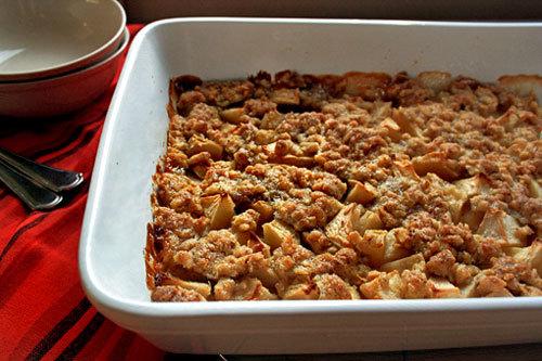 Khay bánh táo nóng hổi, thơm phức sẽ là món ăn tuyệt vời trong đêm Halloween.
