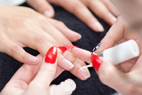 Phủ sơn dưỡng lên toàn bộ bề mặt móng để giữ móng không bị ố vàng và giòn, gãy