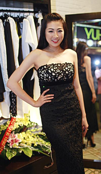 Dù có phần vai hơi ngang nhưng Á hậu 1 - Dương Tú Anh vẫn rất tự tin khi diện váy quây. Cô chọn xõa tóc để che giấu nhược điểm này.