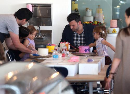 Vào một ngày rảnh rỗi, cặp sao dành thời gian ở nhà học làm bánh cùng hai cô công chúa dễ thương.