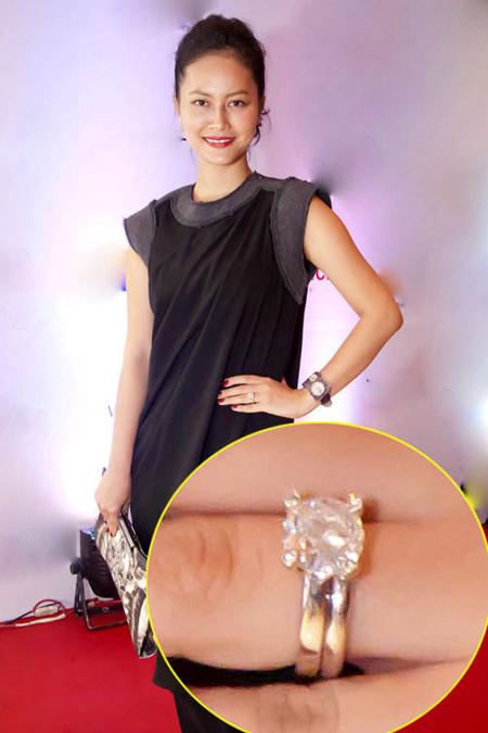 Từ cuối năm 2011, Đỗ Hải Yến đã khéo léo khoe chiếc nhẫn đính hôn nhãn hiệu Tiffany của mình. Mỗi chiếc nhẫn của thương hiệu nổi tiếng này cũng có giá tối thiểu tới vài nghìn USD.