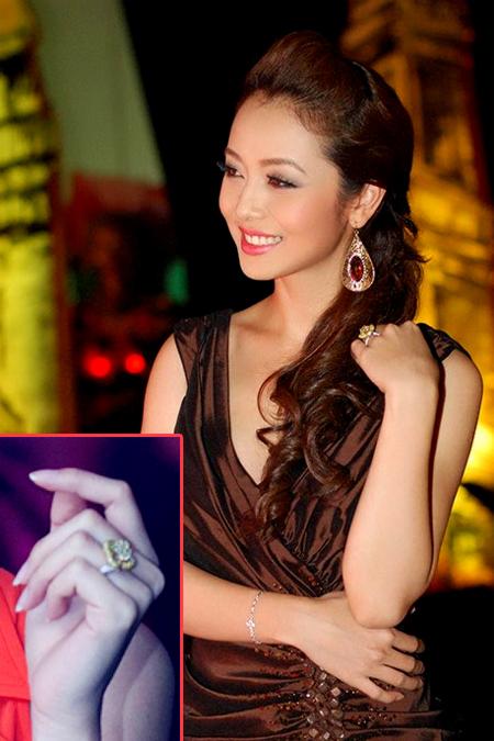 Một mỹ nhân khác của showbiz Việt cũng được người hâm mộ quan tâm tới chuyện tình duyên, đó là Hoa hậu châu Á tại Mỹ 2006, Jenifer Phạm. Theo một người bạn thân của cô cho biết, Jenifer đã nhận lời cầu hôn của người bạn trai tên Hải. Minh chứng cho điều này chính là chiếc nhẫn cầu kỳ cô thường xuyên đeo trên ngón tay áp út. Nhẫn được thiết kế tinh xảo với hình bông hoa, được làm từ vàng và bạch kim. Được biết đây là hai gam màu phù hợp với tuổi của Jenifer, chứng tỏ bạn trai cô không quên chăm chút tới từng chi tiết nhỏ.