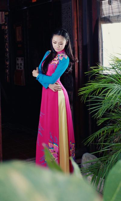 Trong bộ ảnh mới, Lê Nhã Uyên diện nhiều mẫu áo dài của nhà thiết kế Minh Châu. Cô khoe nét đẹp đằm thắm, u hoài trong khung cảnh tĩnh lặng của ngôi nhà cổ.