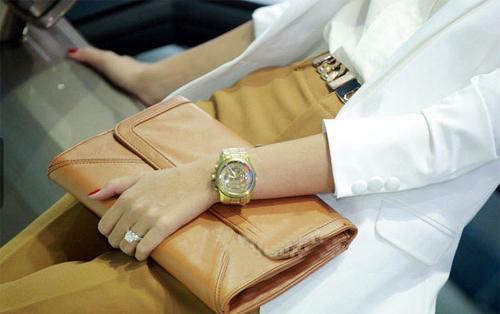 Chiếc nhẫn đính hôn của người đẹp nổi bật trên ngón tay áp út.