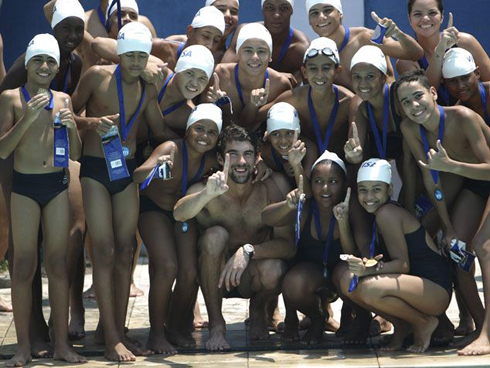 Michael Phelps vui vẻ chụp ảnh kỷ niệm với các vận động viên nhí Brazil.