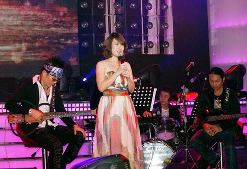 Tối 1/11, Jimmii Nguyễn lần đầu tiên thực hiện đêm nhạc riêng kể từ khi anh về Việt Nam lập nghiệp. Đêm nhạc với chủ đề 'Có một